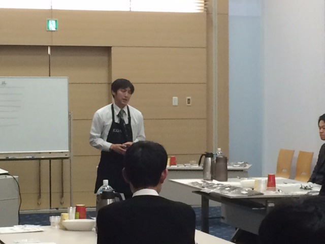 講師の岡崎広政氏<br>カップに入ったコーヒーを口に含み 豆の種類を当てる実技などを講義いただきました。