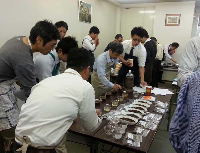 カップテストの様子/第一部 横山雄講師<br>サンプルを口に含み、香り、味の特徴をつかみ識別していく。