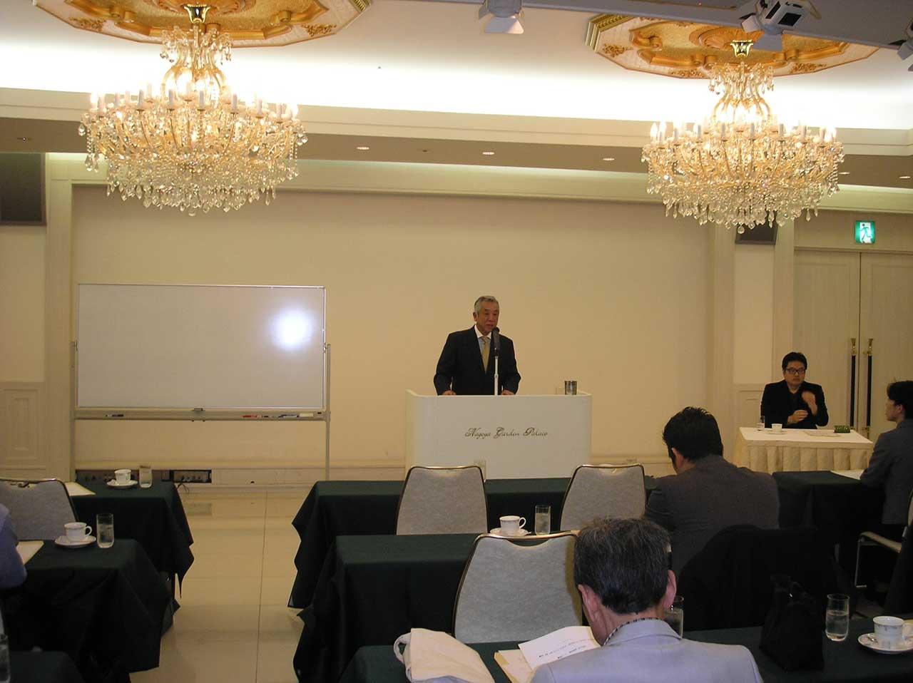 講演会を前に挨拶する伊藤太一理事長と鬼頭様