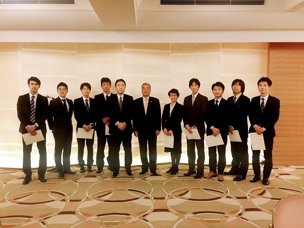 新たに認定された新任講師の皆様 (中央左は鈴木検定委員長、右は萩原全日本コーヒー商工組合連合会会長)