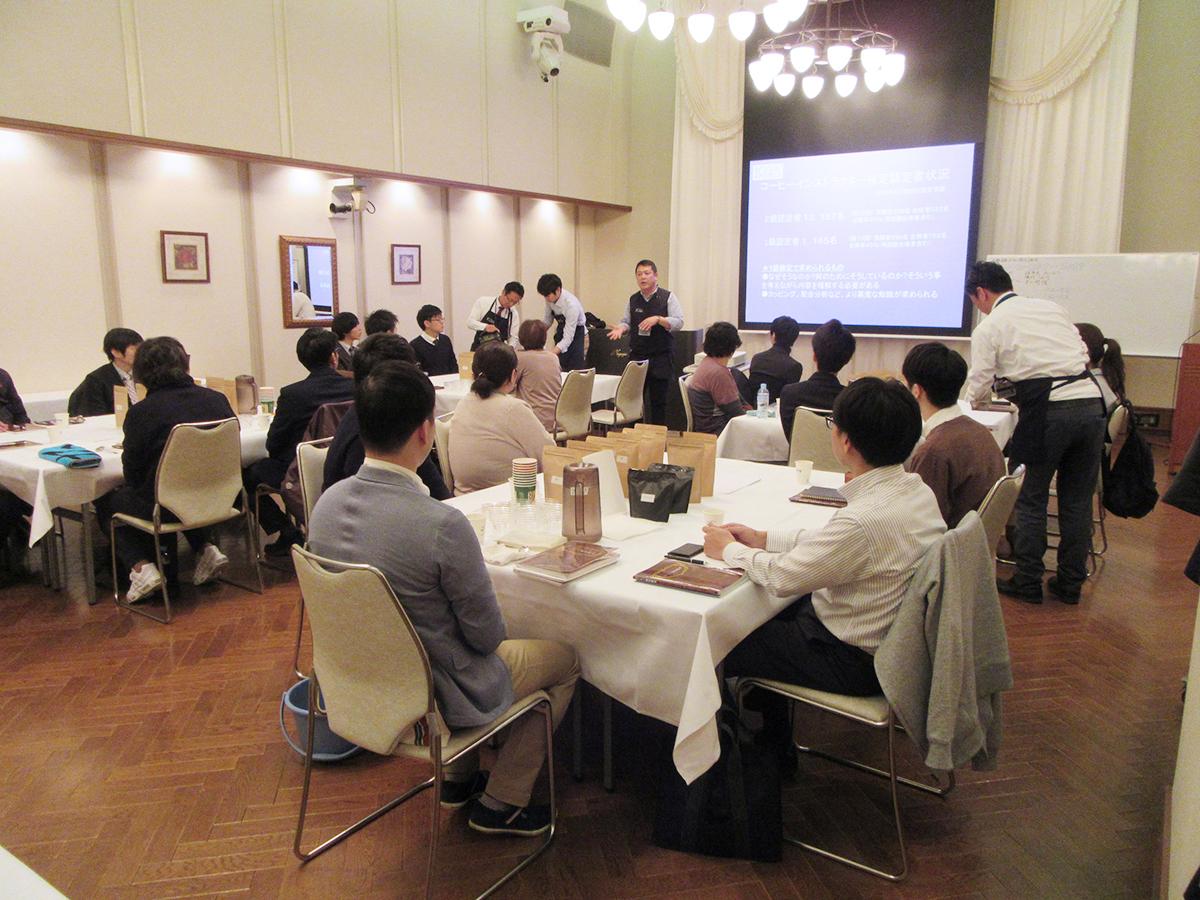 山田喜信鑑定士講師の講義に聞き入る参加者